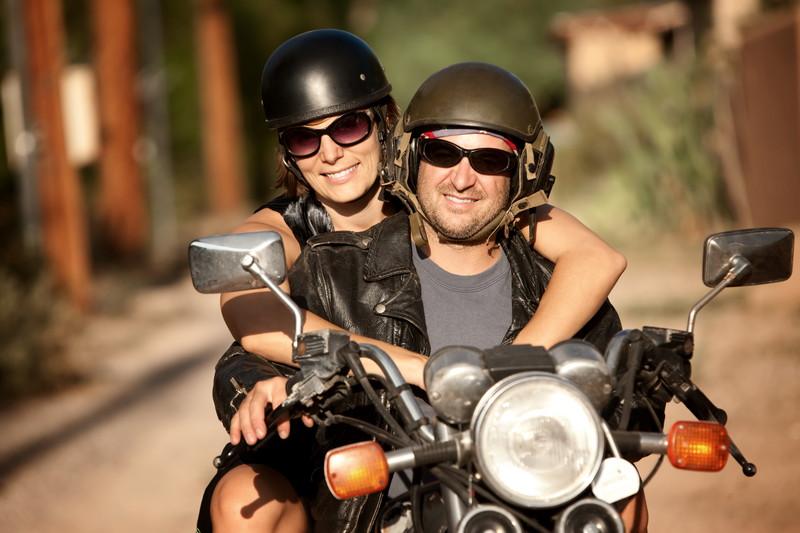 楽しそうにほほえむ男女とバイク